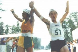 高石選手(写真左)と下津選手(写真右)が共に手を繋ぎ合いフィニッシュした