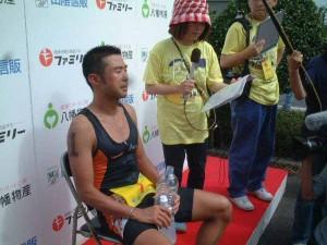 第24回大会で優勝インタビューを受ける小原選手(04年7月撮影)