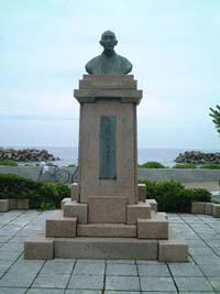 皆生温泉の砂浜に「有本松太郎」の銅像