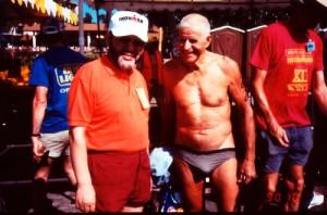 今は亡き岩根久夫氏(アイアンマン・ハワイの大会会場にて、写真左)