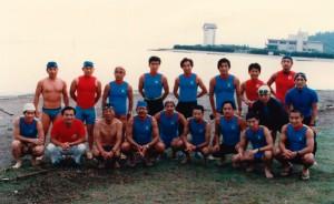 1985年の「第1回びわ湖トライアスロン大会」で、ATCの初期メンバーと記念撮影(前列左から3人目が清水氏)