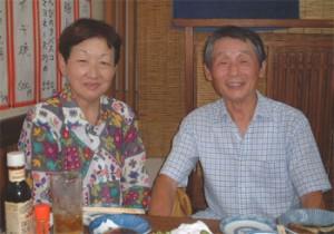 偉大なパートナー奥様とツーショットの永谷誠一氏(03年9月、熊本市内の居酒屋「さくら」にて撮影)